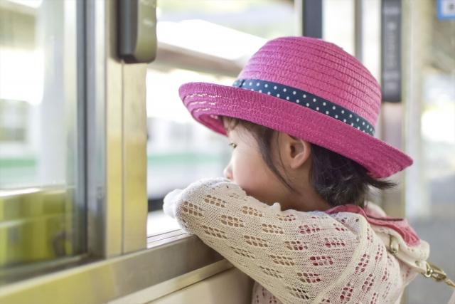 電車に乗る子供