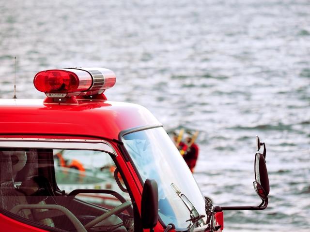 海沿いを走る消防車